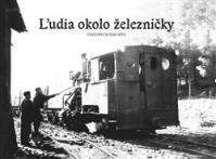 Ľudia okolo železničky